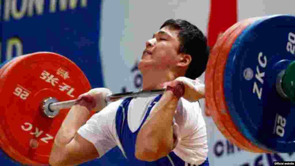 77 килограмм салмақ дәрежесінде жарысқа қатысқан Аят Әмірбеков жалпы көрсеткіште 297 килограмм көтеріп, күміс жүлде алды. Ташкент, 12 сәуір 2013 жыл. (Сурет халықаралық ауыр атлетика федерациясының ресми сайтынан алынды)