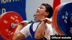 Аят Әмірбеков жарыс кезінде. Ташкент, 12 сәуір 2013 жыл. (Сурет халықаралық ауыр атлетика федерациясының ресми сайтынан алынды)