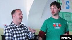 Դրյու Քըրթիսը (ձախից) եւ Ալեքսիս Օհանյանը ներկայացնում են սոցիալ մեդիայում իրենց փորձառությունը, Երեւան, 16-ը ապրիլի, 2010թ.