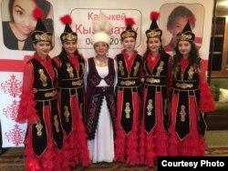 Бермет Байкелова с девушками из танцевального коллектива.
