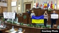 Українські депутати протестували проти російської агресії на Генасамблеї ПАЧЕС, 27 листопада 2015 року
