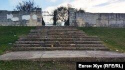Ступени ко входу в мемориал