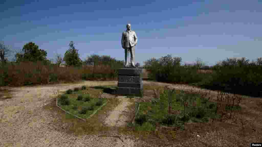 «Ленин и пустота». Небольшой памятник Ильичу в селе Ковыльное Раздольненского района, который, в отличие от других своих «собратьев», не возвышается посреди центра.