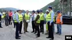 Премиерот Никола Груевски, министерот за финансии Зоран Ставрески и министерот за транспорт и врски Миле Јанакиески во посета на градежните работи на делницата Демир Капија-Смоквица.