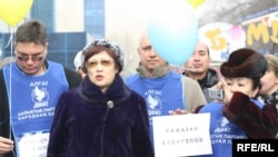 Участники акции в поддержку журналистов, вторая слева - руководитель организации «Журналисты в беде» Розлана Таукина, второй справа - лидер незарегистрированной партии «Алга» Владимир Козлов. Алматы, 6 января 2010 года.
