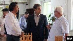 Ministri maqedon i Punës, Dime Spasov dhe kryetari i Shoqatës së Pensionistëve, Dear Argirovski gjatë një vizite në një Shtëpie të Pleqve në Maqedoni, korrik 2016