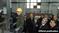 Армения – Президент Серж Саргсян посещает металлургическое предприятие, 8 апреля 2011 г.