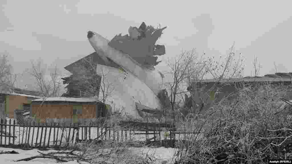 Фрагмент самолета на жилом массиве.