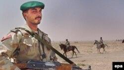یک سرباز پاکستانی در مرز با افغانستان