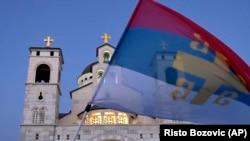 اهتزاز پرچم صربستان در یک تظاهرات اعضای کلیسای ارتدوکس در پودگوریتسا، پایتخت مونته نگرو (عکس از آرشیو)
