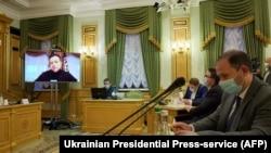 Украина президенті Владимир Зеленский онлайн қатысып жатқан үкімет отырысы. 12 қараша 2020 жыл.