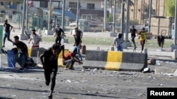 Демонстранти бегаат за време на полициски час во Ирак