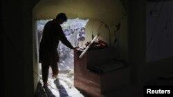 Чарсадда қаласындағы бомба жарылысы болған мешіттің ішкі көрінісі. Пәкістан, 2 мамыр 2011 жыл. Көрнекі сурет.