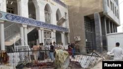 Pamje nga nje xhami shiite, e sulmuar më herët në Bagdad.