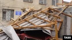 Всю ночь городские службы пытались ликвидировать последствия урагана