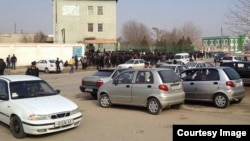 Uzbekistan - long lines for new bio-metric passports in Beruniy