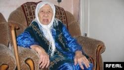 130-летняя Сахан Досова на своем дне рождения. Караганда, 27 марта 2009 года.
