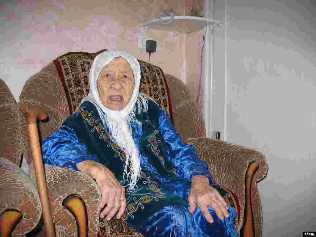 130 жасар Сахан әженің бүкіл қызыл иегінде жалғыз тісі ғана қалыпты. 27 наурыз. 2009 - 130 жасар Сахан әженің аузында жалғыз тісі ғана қалған. 27 наурыз. 2009