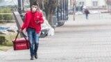 Алматыдағы тамақ жеткізіп беру қызметінің өкілі. 18 наурыз 2020 жыл.