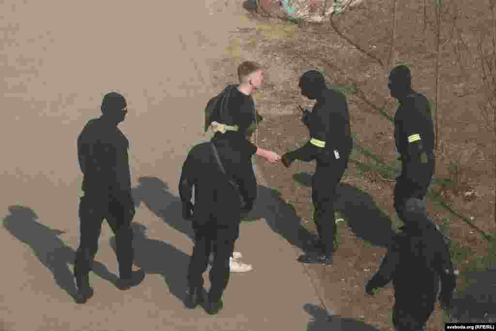 Задержание на площади Бангалор в Минске