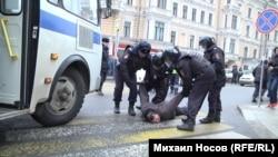 """Задержание участника """"прогулки оппозиции"""" в Москве, 2 апреля 2017 г."""
