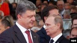 Ресей президенті Владимир Путин (оң жақта) мен Украина президенті Петр Порошенко. Франция, 6 маусым 2014 жыл.