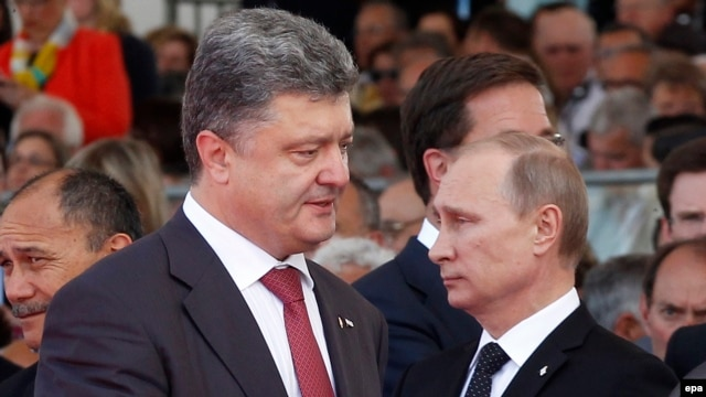 Ukraine's President-elect Petro Poroshenko and his Russian counterpart Vladimir Putin have discussed a possible ceasefire in eastern Ukraine after two Russian journalists die near Luhansk.