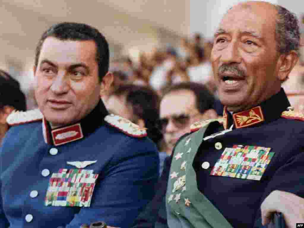 Хосни Мубарак и президент Египта Анвар Садат на военном параде в Каире, на котором Садат был убит, 6 октября 1981
