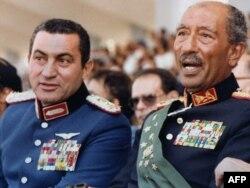 Hosni Mubarak (sol) və Anwar Sadat (sağ)