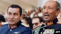 Соборениот египетки претседател Хосни Мубарак со поранешниот лидер Анвар Садат