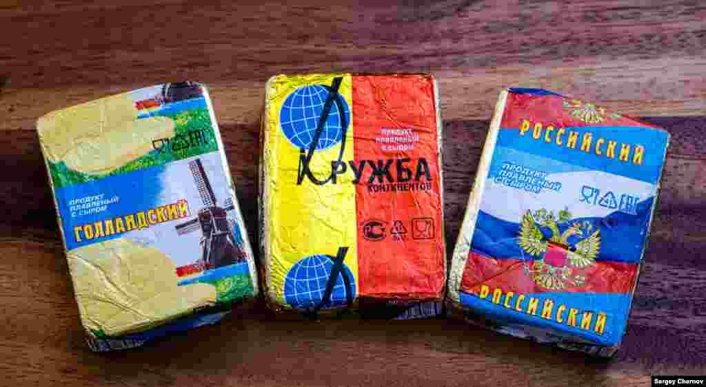 """Эти продукты (за исключением """"Российского""""), точнее, их упаковки, тоже известны покупателям с советских времен. Только описание немножко другое: не """"плавленый сыр"""", а """"плавленый продукт с сыром""""."""