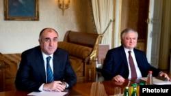 Министры иностранных дел Армении и Азербайджана, Эдвард Налбандян (справа) и Эльмар Мамедъяров (архив)