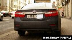 Машина с прикрытым бумажкой номером – один из традиционных для Москвы способов избежать штрафа за неоплаченную парковку