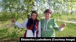 Виктория Введенская и Людмида Южанина, деревня Парфеновщина Вятской губернии