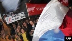 Чехия жұртшылығы мақпал төңкерісінің 20 жылдығын атап өту кезінде. Прага, 17 қараша 2009 жыл.