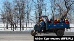 Работники НПЗ «Джунда» в Кара-Балте.
