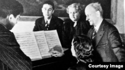 Imagine de propagandă germană cu studenți la Berlin în timpul războiului (în stînga sus: Sergiu Selibidache)