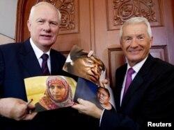 Секретарь Нобелевского комитета Гейр Лундестад (слева) и председатель Норвежского нобелевского комитета Турбьерн Ягланд (права) показывают фотографии женщин-лауреатов премии мира. Осло, 7 октября 2011 года.