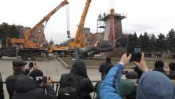 Ukraine Takes Down Largest Remaining Lenin Statue