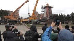 Ukraine Takes Down Largest Remaining Lenin Statue