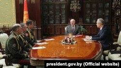 Президент Лукашенко мамлакат ҳарбий қўмондонлари билан.