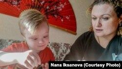 Светлана Елеева с сыном Сашей. Уральск, 7 декабря 2018 года.