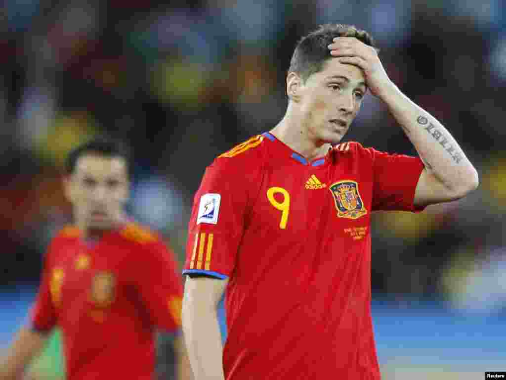South Africa -- Spain's Fernando Torres (R) reacts during a 2010 World Cup Group H match at Moses Mabhida stadium in Durban on 16Jun2010 - Spain's Fernando Torres (R) reacts during a 2010 World Cup Group H match against Switzerland at Moses Mabhida stadium in Durban June 16, 2010. REUTERS/Carlos Barria (SOUTH AFRICA - Tags: SPORT SOCCER WORLD CUP)