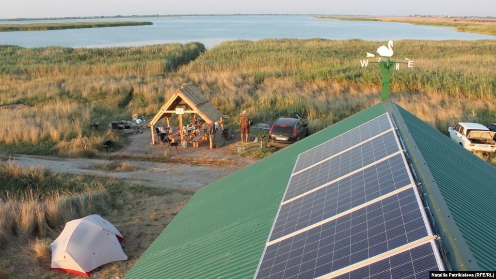 За счет благотворительного фонда «Развитие безопасной жизни» на крыше дома установили солнечную электростанцию. Руководство парка планирует со временем установить мобильную метеостанцию, где каждый сможет в онлайн режиме получить информацию о погоде