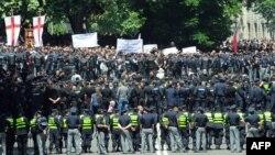 Инцидент в Международный день борьбы с гомофобией и трансфобией в Тбилиси 17 мая вызвал широкий резонанс и жесткую критику международного сообщества в адрес грузинского руководства
