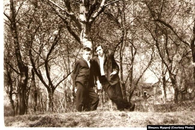 Вінцэсь Мудроў (зьлева) і школьны сябар Анатоль Рыбікаў, 1968 год