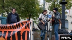На московском митинге против призыва: по мнению участников, только профессиональная армия оздоровит обстановку в военной среде