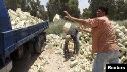 عمال يحميل طابوق في بغداد