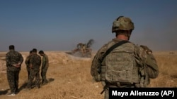 یک عضو نیروهای ویژه ارتش آمریکا و شماری از شبهنظامیان کرد در شـشم سپتامبر ۲۰۱۹ در تلابیض