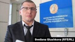 Ұлттық банкке қарсы шағымданған адвокат Анатолий Утбанов. Астана, 1 тамыз 2014 жыл.
